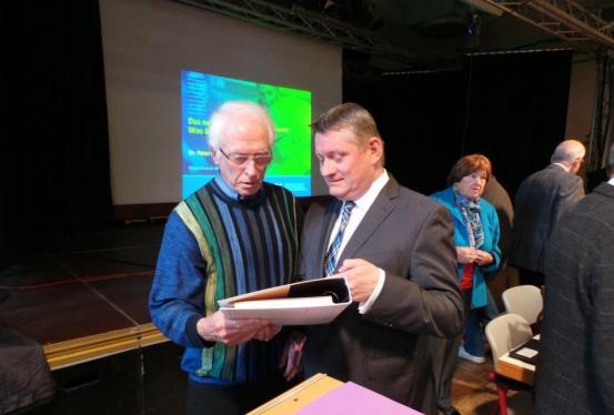 Hermann Gröhe und Werner Schell in Diskussion beim Pflegetreff am 21.10.2015